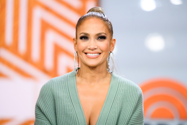 Jennifer Lopez lleva el tie-dye a su versión más vibrante y atrevida