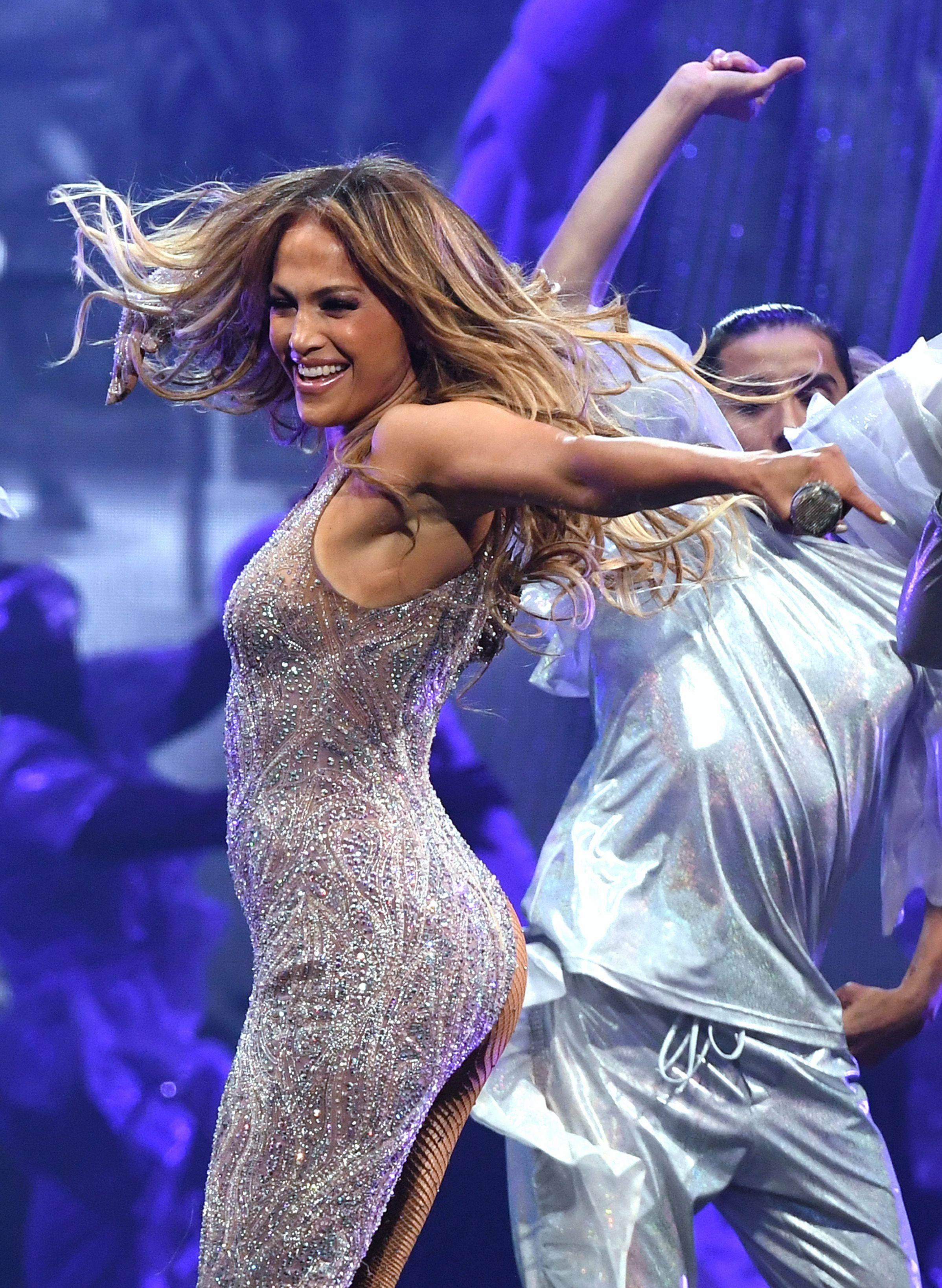 Jennifer Lopez Shows Off Sculpted Abs In Niyama Sol Leggings In New Instagram Post