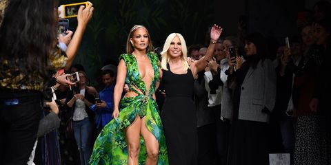 Versace Primavera Estate 2020: il jungle dess di Jennifer Lopez alla Milano Fashion Week