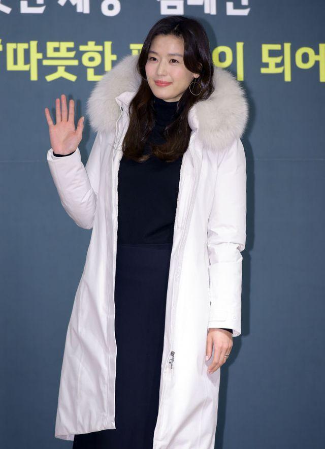 映画『猟奇的な彼女』、ドラマ『星から来たあなた』などで知られる、韓国を代表するトップ女優のチョン・ジヒョン。今年はnetflixオリジナル『キングダム:アシンの物語』で約5年ぶりにドラマ復帰を果たしたことでも注目を集める中、2021年の広告出演料が総額170億ウォン(約16億円)に上ることが明らかに!