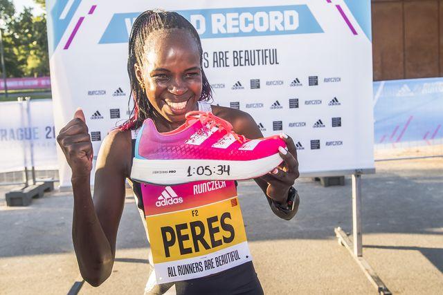 peres jerchipir muestra una zapatilla con el nuevo récord del mundo de medio maratón peres jepchichir batió su propio récord del mundo de medio maratón en la prueba organizada en praga con un tiempo de 10534