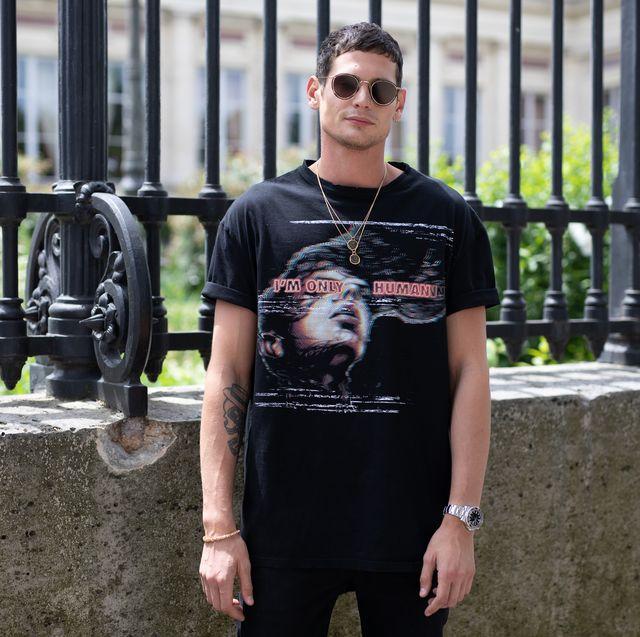 hombre con camiseta