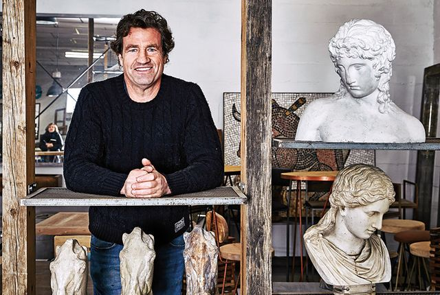 jerónimo hernández rodeado de las esculturas clásicas que recrea