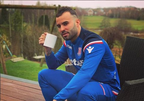 Jesé Rodríguez con chándal azul y taza de café