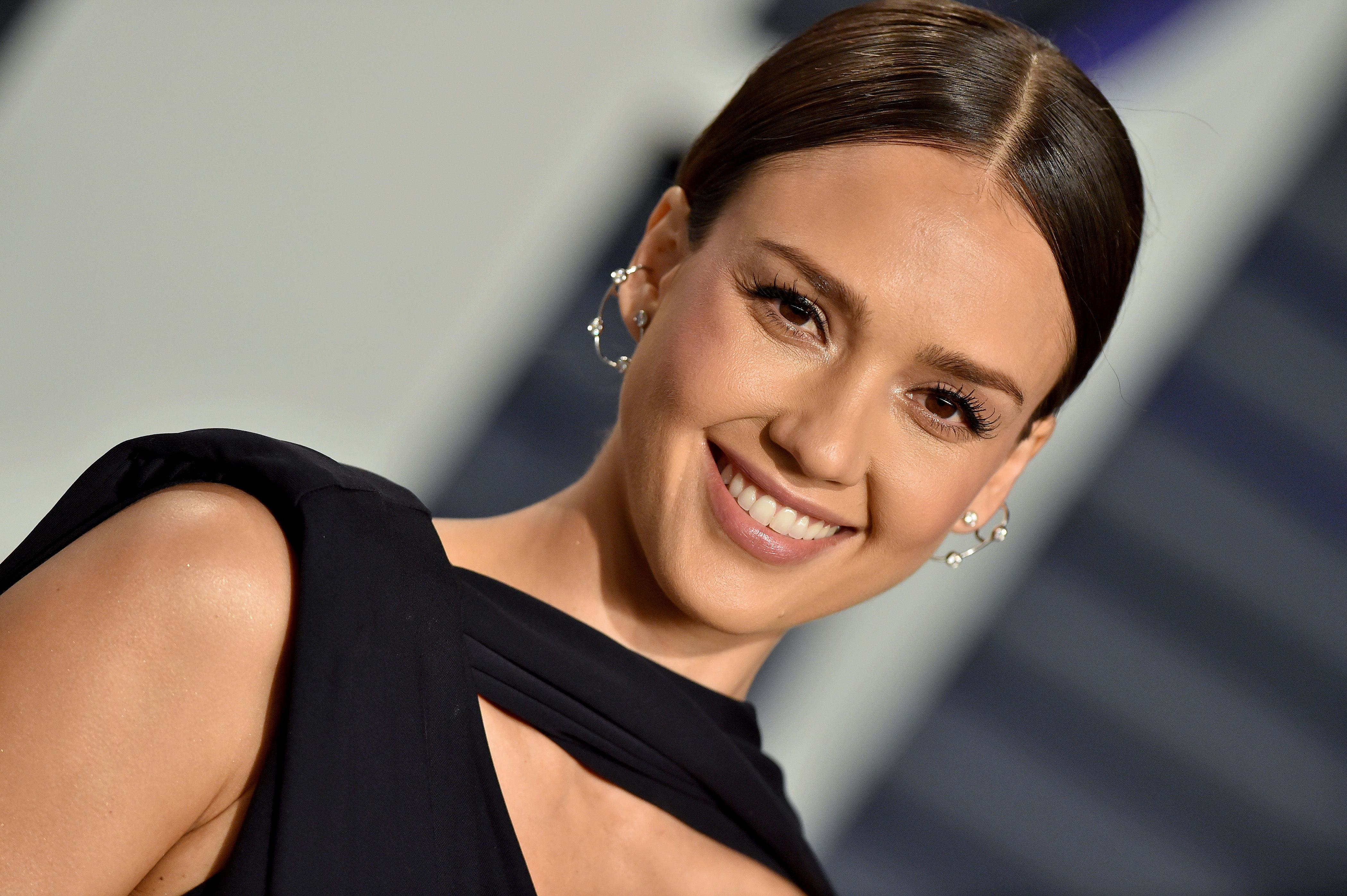 Jessica Alba Posts No Makeup Selfie On Instagram With Acupuncture
