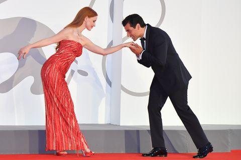 潔西卡雀絲坦火紅亮片versace禮服點亮威尼斯影展!奧斯卡伊薩克「親手臂」深情互動引爆話題