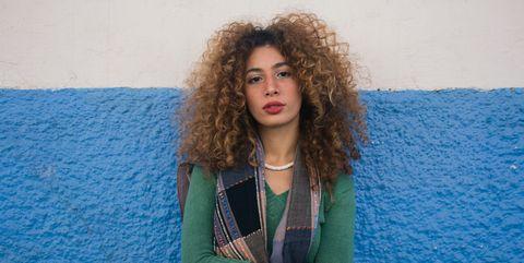 jeune femme avec cheveux bouclé belle et forte