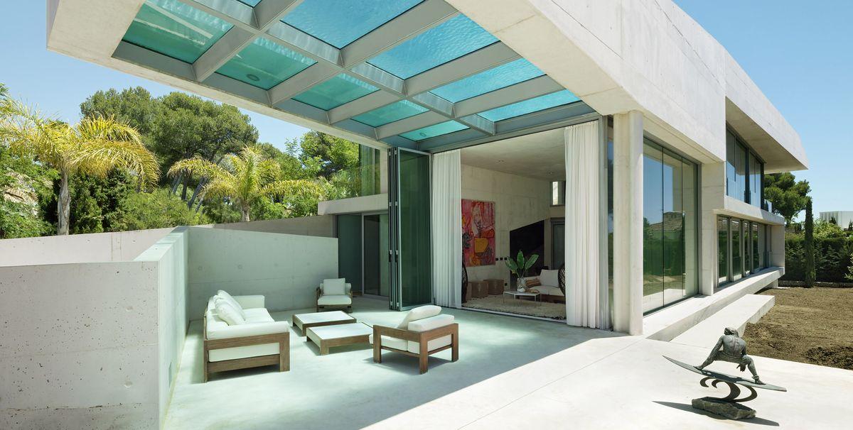 Una casa con piscina piscina suspendida en el aire una for Case moderne con piscina