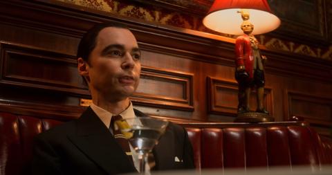 jim parsons interpreta al agente de actores henry willson en la mini serie de netflix hollywood en la imagen, un fotograma de la película