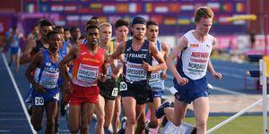 Abdessamad Oukhelfen corre junto al ganador de los 10.000m en Gavle 2019