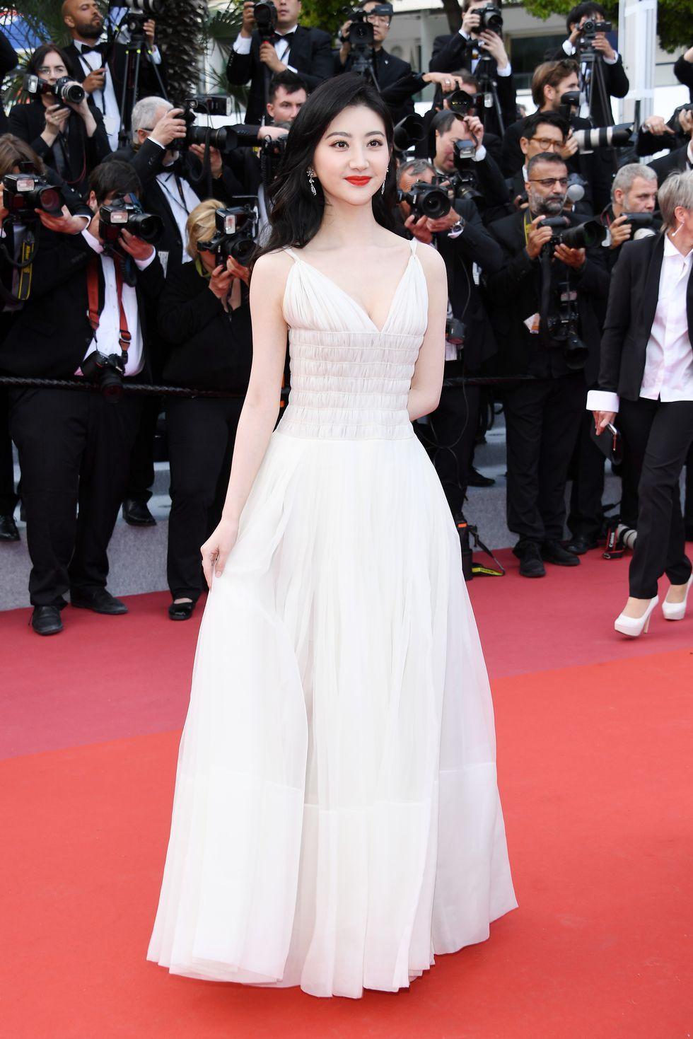 aktris cantik asal China satu ini mengenakan gaun berpotongan klasik berpotongan dada rendah, warna putih tulang