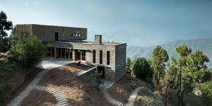 Midden in het Himalaya gebergte in India vind je dit bijzondere hotel, genaamd Kumaon. Met uitzicht op de bergen kom je helemaal tot rust.
