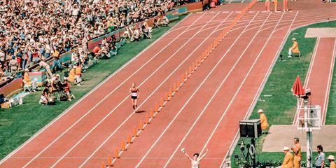 Joan Benoit crosses the finish line