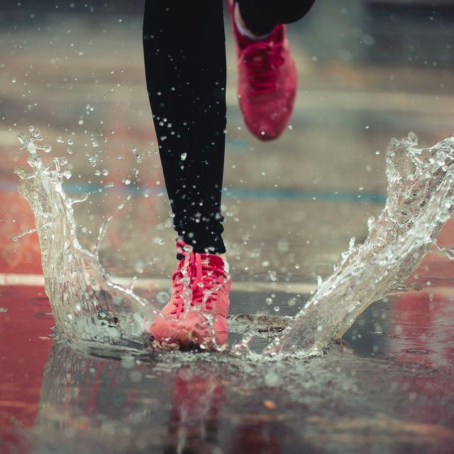 vrouw aan het hardlopen in de regen