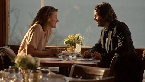 john wick y su mujer en la mesa