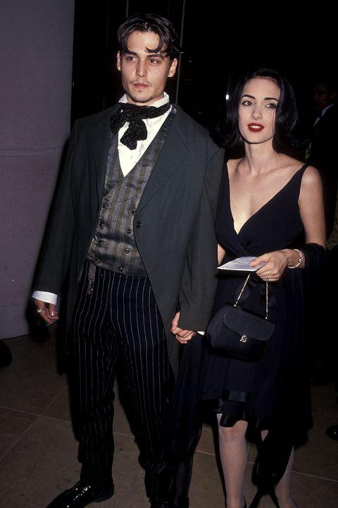 Johnny Depp, con flequillo largo abierto, posa junto a Winona Ryder en la década de los 90