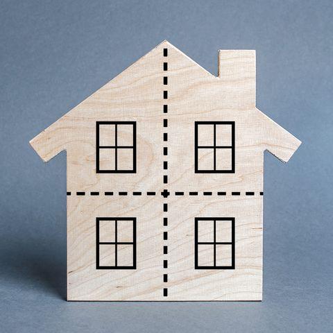 colocataires vs locataires en commun, immeuble résidentiel divisé par une ligne pointillée en quatre parties égales concept de divorce différends sur le processus de division des biens immobiliers et des biens après le divorce répartition des droits