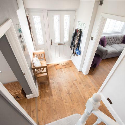 colocataires vs locataires en commun, une vue générale d'un couloir avec vue sur le salon à l'intérieur d'une maison