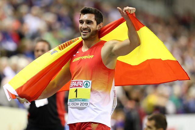 jorge ureña, envuelto en la bandera de españa, celebra el título europeo de heptatlón logrado en glasgow 2019