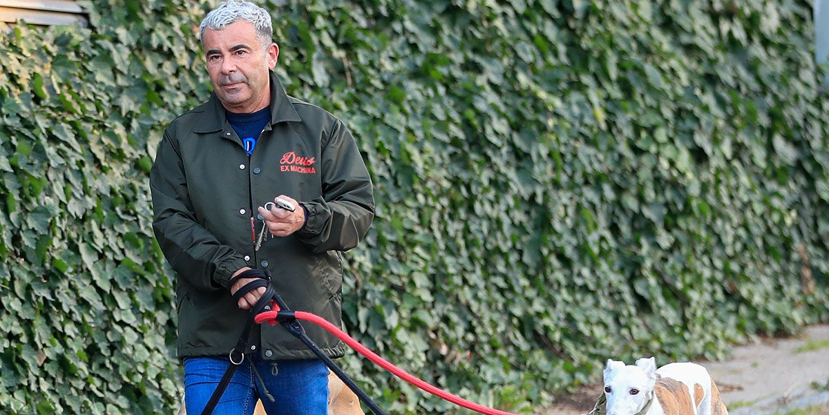 Jorge Javier Vázquez pasea a sus perros en su primer fin de semana tras sufrir un ictus