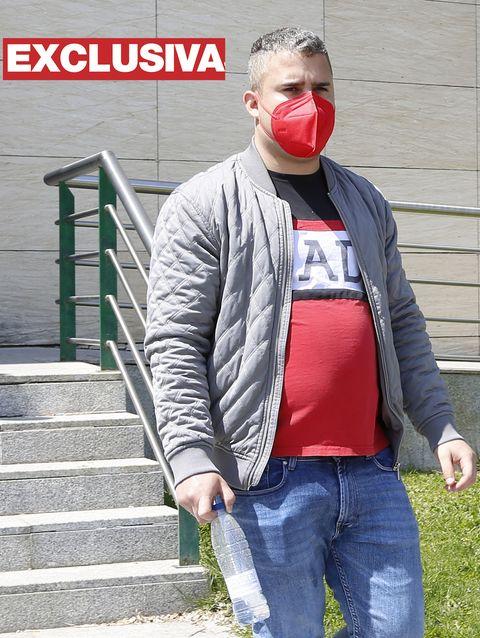 josé fernando, con mascarilla roja, abandona los juzgados de valdemoro tras declarar telemáticamente
