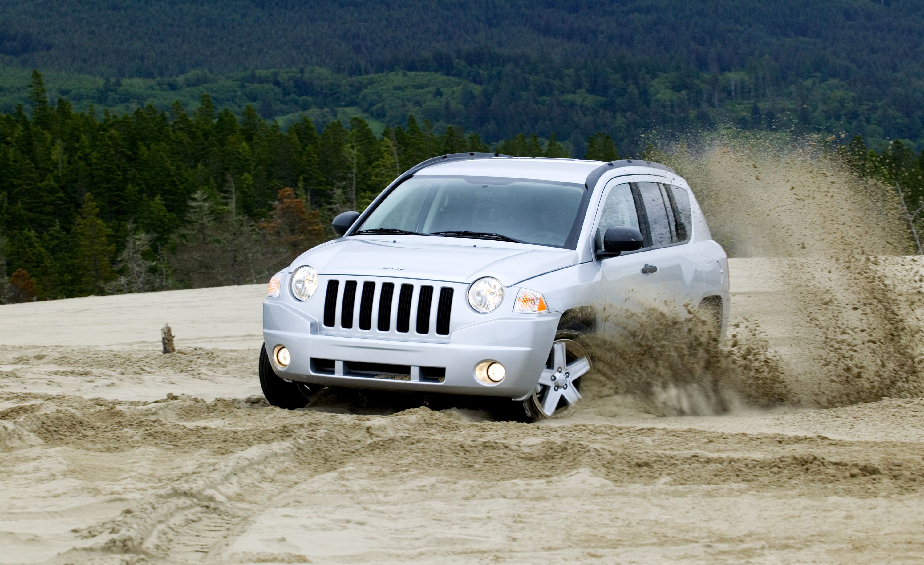 Jeep Compass (2007–2017) The design of the current Jeep Compass is clean, decently proportioned, and appealingly upscale (in sharp contrast to the rest of the little crossover, which is decidedly down-market). Mostly, this is because the second-generation Compass resembles a smaller Grand Cherokee.