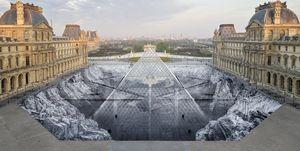 JR interviene la pirámide de cristal del Louvre