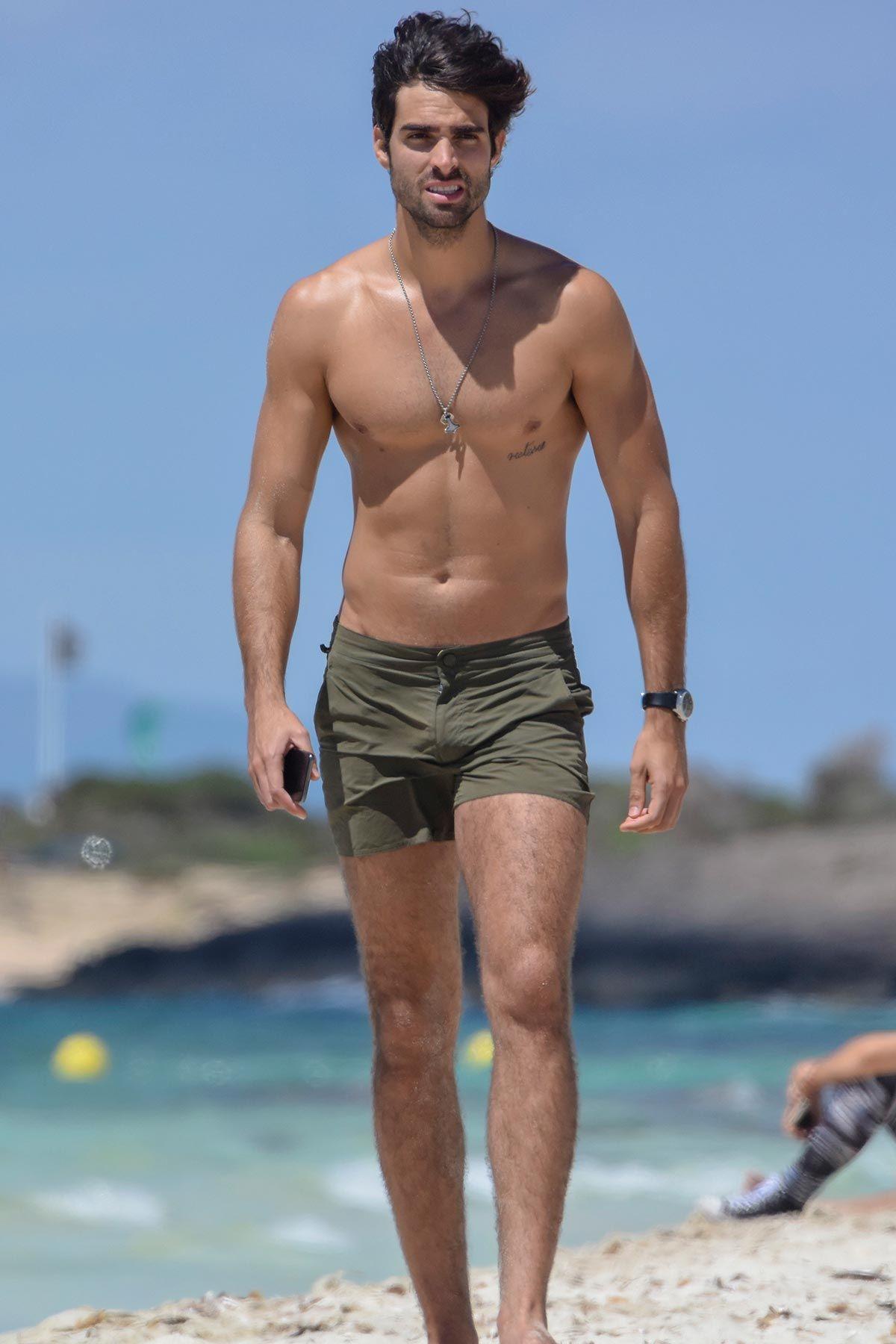 El modeloJuan Betancourt luciendo tipazo en las playas de Ibiza
