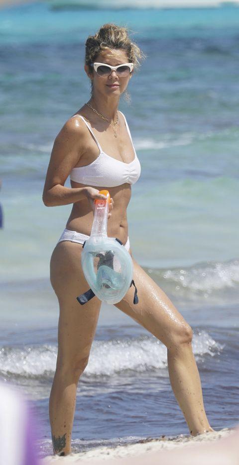la actriz colombiana luce tipazo al borde del mar