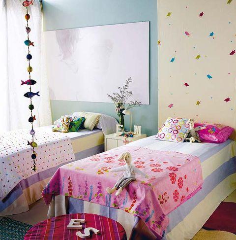 dormitorio infantil y camas con colcha