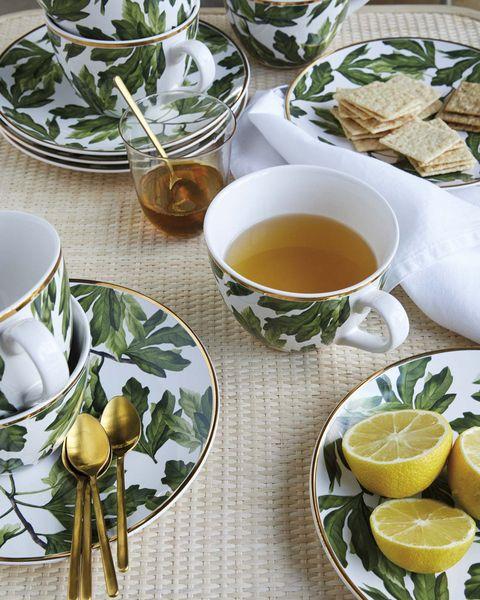 Tazas y platos de técon estampado de hojas verde