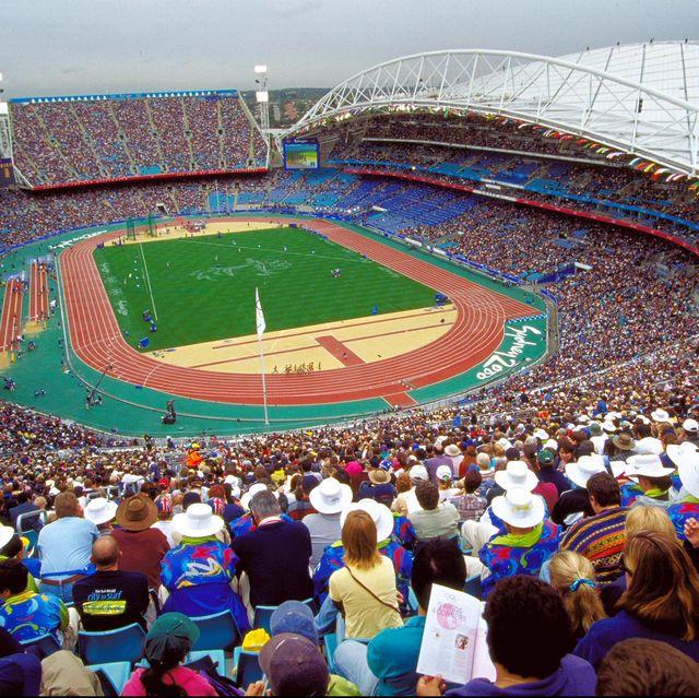 vista general del estadio olímpico de sídney lleno de público durante el atletismo de los juegos olímpicos del año 2000