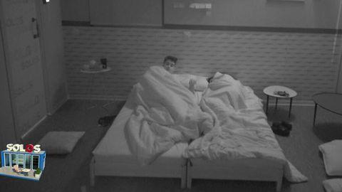 inma campano y julen duermen juntos y abrazados tras un susto en 'solos'