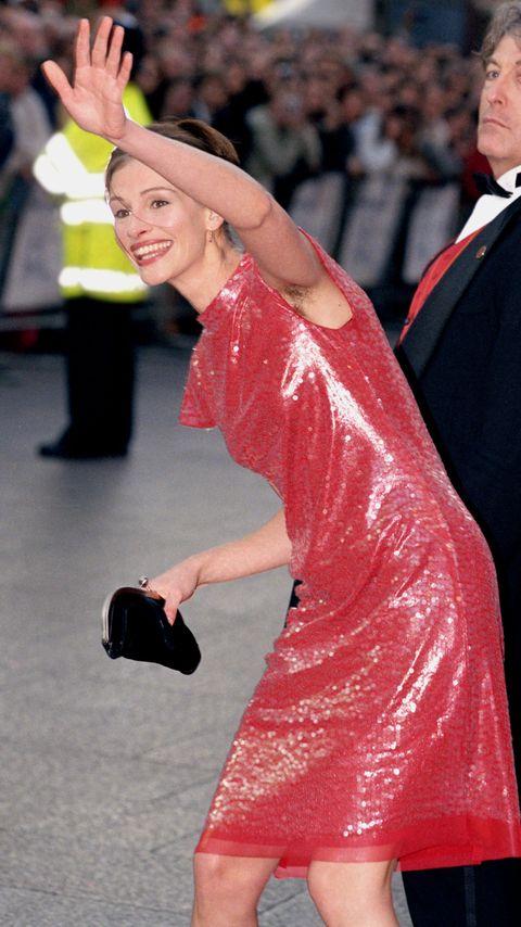 julia roberts met rode jurk en okselhaar tijdens premiere notting hill