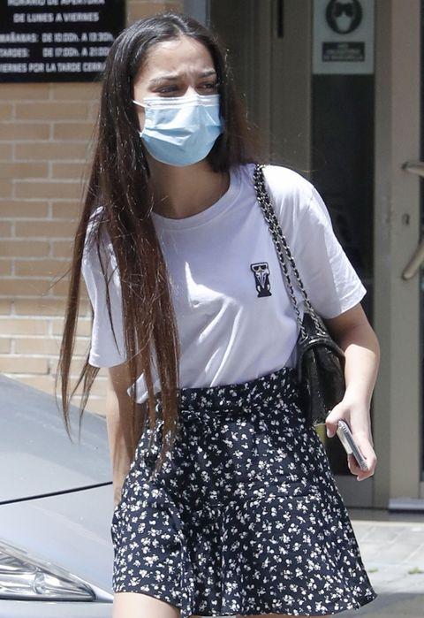 la hija de jesulín y maría josé con una camiseta blanca de manga corta y minifalda negra de flores