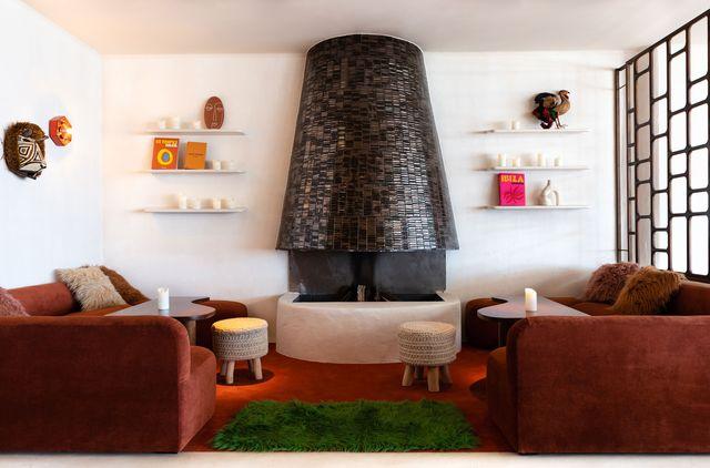 un restaurante en barcelona con estética ibicenca de los años setenta