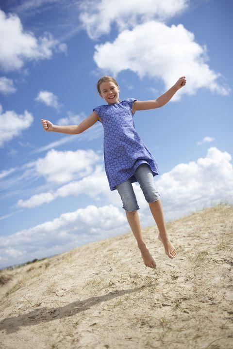 meisje strand springen lachen