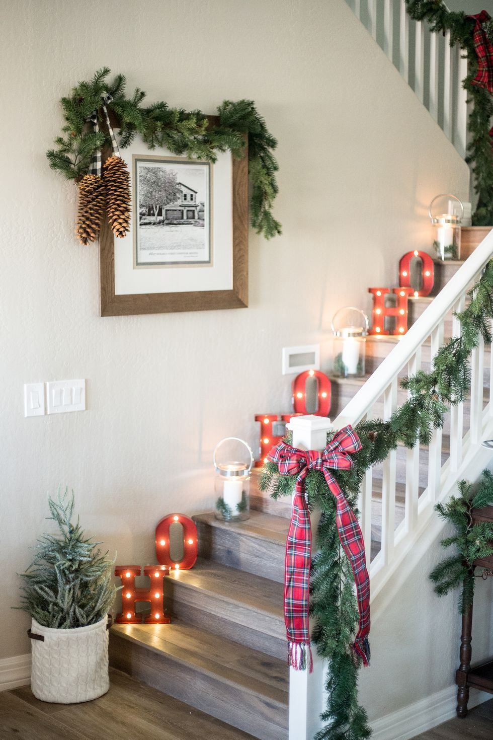 10 lovely christmas stair decorations holiday staircase decor ideas - How To Decorate Stairs For Christmas