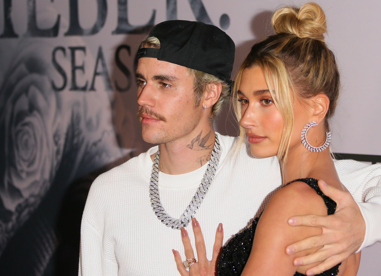 Justin y Hailey Bieber se diseñan sus propias mascarillas para salir a la calle