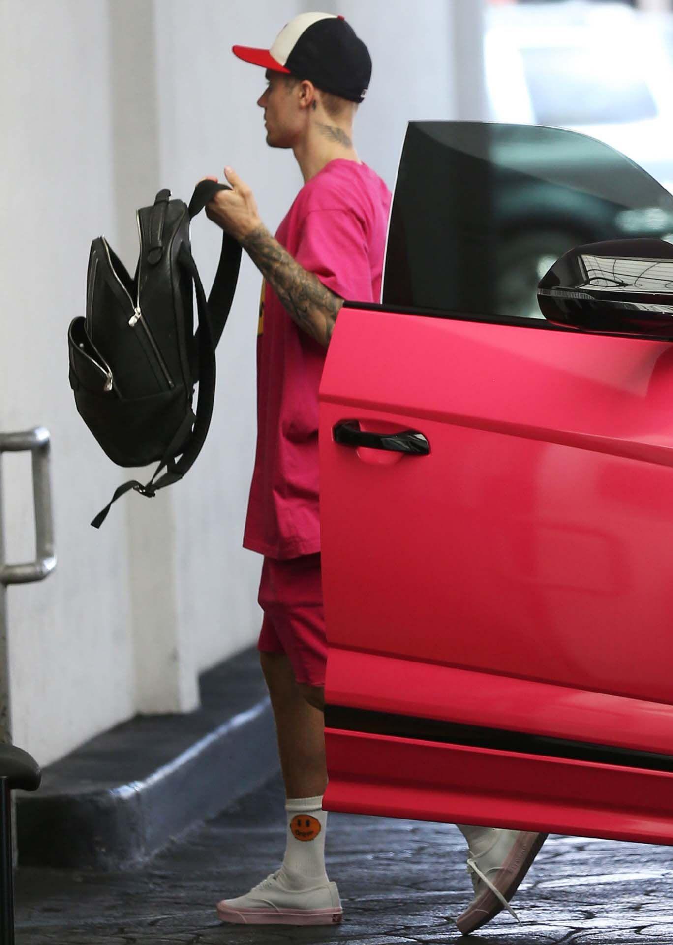 Justin Bieber conjunta su vestuario con su coche