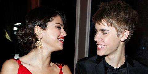 Justin Bieber en Selena Gomez lachen naar elkaar