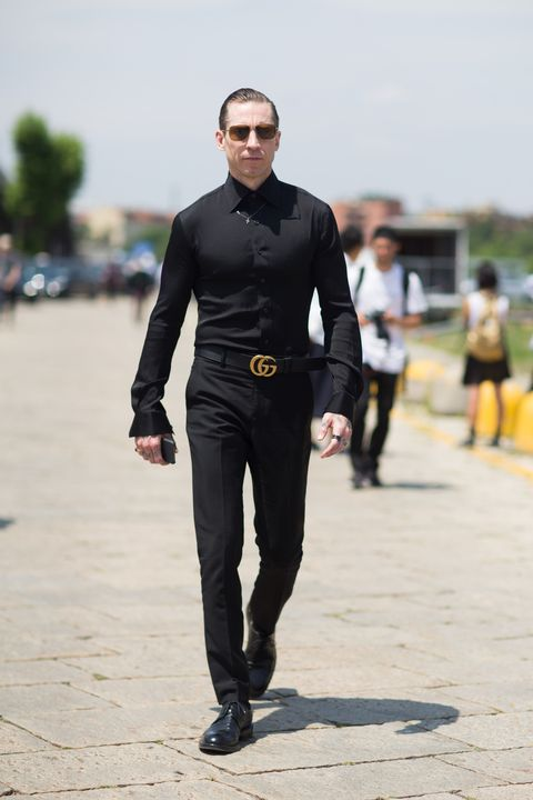 Cómo Combinar Una Camisa Negra Sin Parecer Un Mafioso De