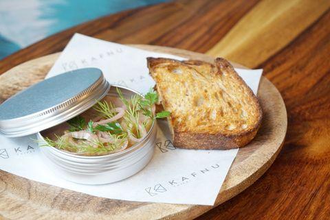 KAFNU餐酒館打造新美式料理!推薦必點「滿滿起司+酸甜辣醬」義式捲製筆管麵、英式比司吉炸雞堡