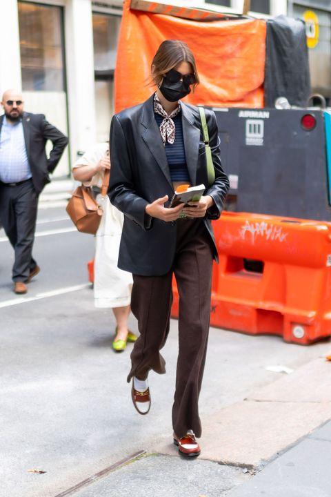 解密潮流名模kaia gerber的高質感私服穿搭!「celine腋下包、皮革西裝外套」等日常實搭款推薦