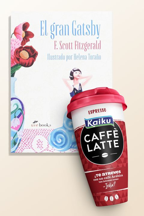 El café Kaiku Caffè Latte y el libro El Gran Gatsby, de F. Scott Fitzgerald.