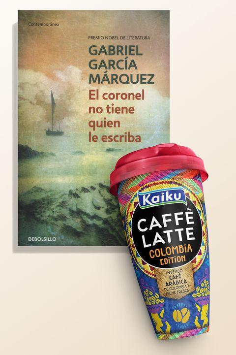 El café Kaiku Caffè Latte Colombia Edition y el libro 'El coronel no tiene quien le escriba', de Gabriel García Márquez.
