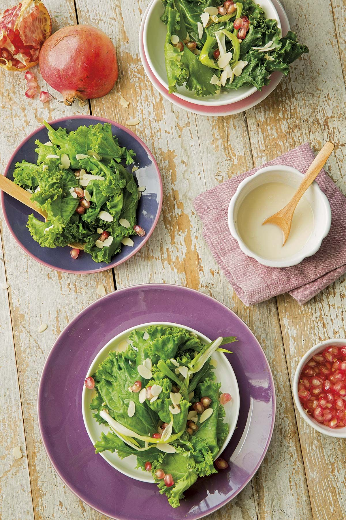 Kale con ajos tiernos y granada