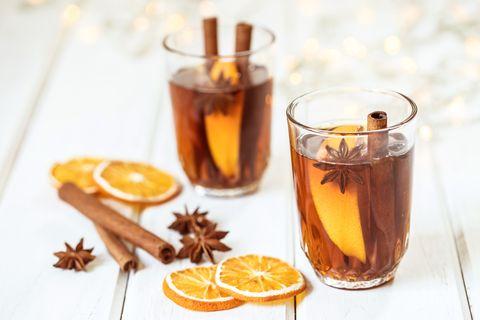 Thee met sinaasappel, kaneel, steranijs