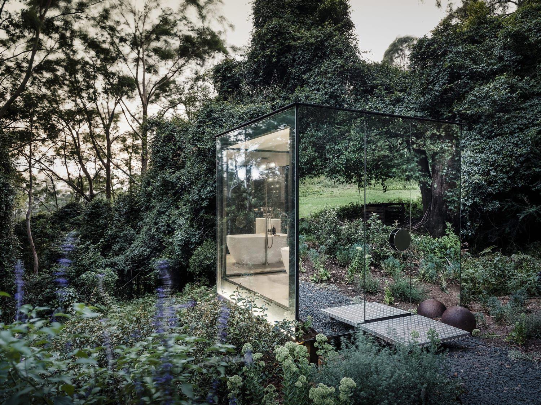 Un bagno nel bosco, nascosto dentro un cubo di specchi