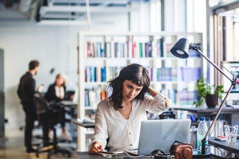 Een vrouw met laptop op kantoor